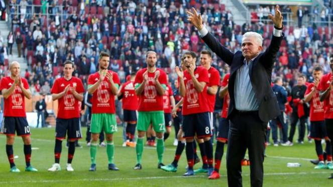 Jupp Heynckes dan pemain Bayern Munich usai menjuarai Bundesliga
