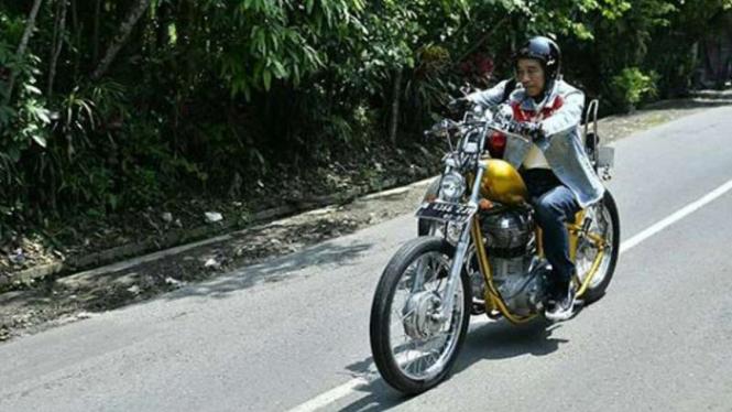 Presiden Jokowi mengendarai motor chopper ke Pelabuhan Ratu.