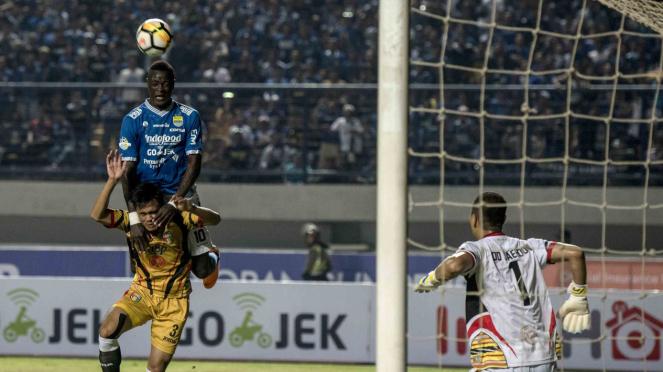 Pesepak bola Persib Bandung Ezechiel Ndouasel (atas) berusaha menyundul bola
