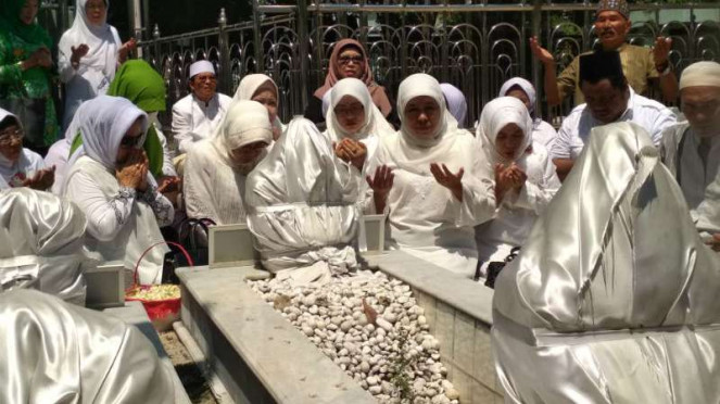 Calon gubernur Jawa Timur, Khofifah Indar Parawansa, saat ziarah di Makam Sunan Ampel Surabaya, Jawa Timur, pada Selasa, 10 April 2018.