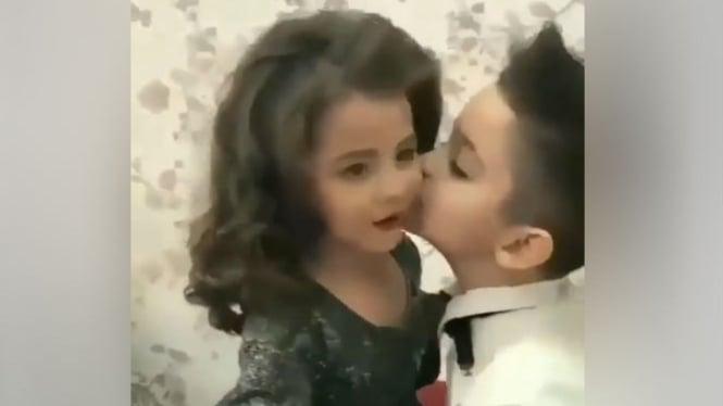 Pasangan anak kecil.