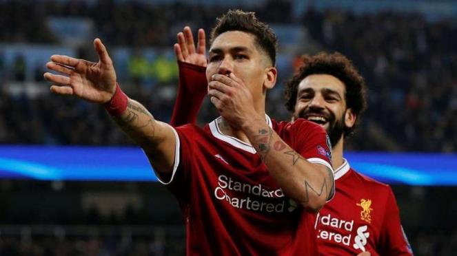 2 bintang Liverpool, Roberto Firmino (depan) dan Mohamed Salah (belakang)