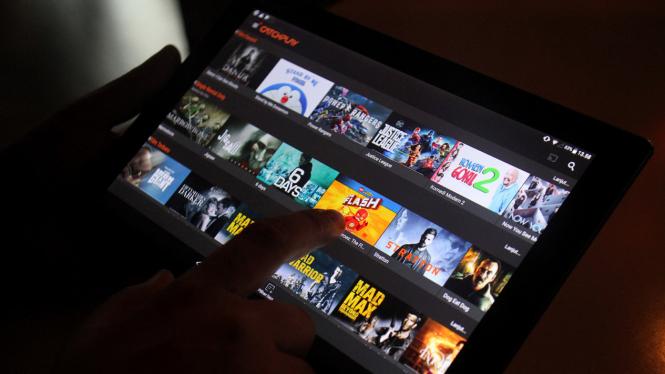 Pengunjung memilih film bioskop melalui video streaming di salah satu penyedia layanan Video on Demand di Jakarta.