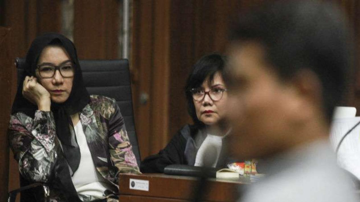 Mantan Bupati Kutai Kartanegara Rita Widyasari (kiri) saat menjalani persidangan