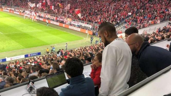 Arturo Vidal menyimak laga Real Madrid vs  Juventus di Allianz Arena