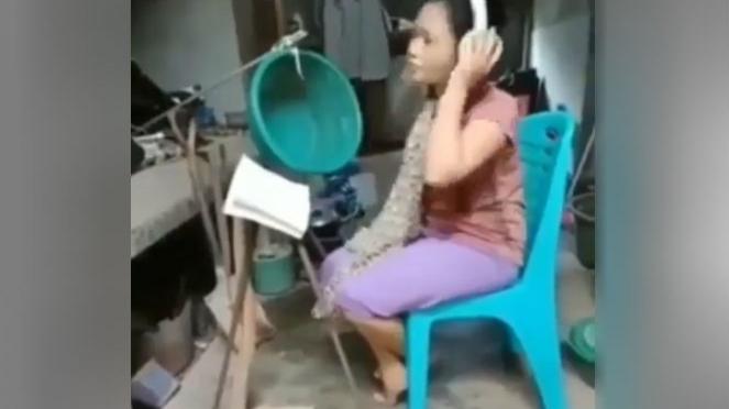 Wanita rekaman lagu.