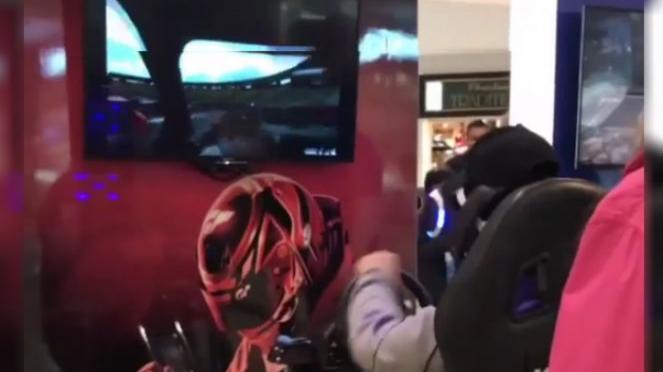Pria bermain simulator game.