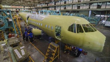 https://thumb.viva.co.id/media/frontend/thumbs3/2018/04/13/5ad0586b03195-pengerjaan-badan-pesawat-cn235-220-di-hanggar-sub-assembly-cn235-pt-dirgantara-i_375_211.jpg