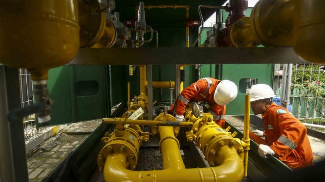 Petugas PT Perusahaan Gas Negara (PGN) (Persero) Tbk mengganti alat ukur (meteran) jaringan gas industri