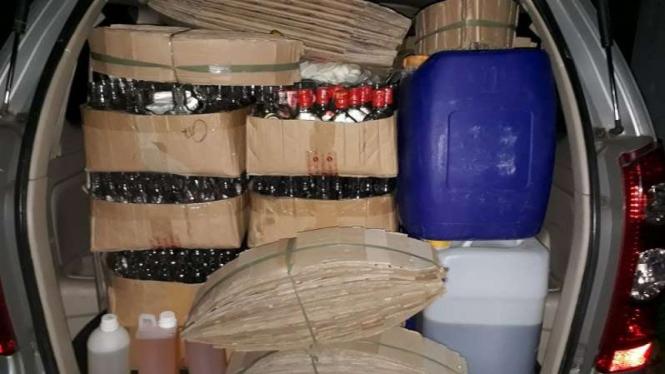 Polisi membongkar gudang pembuatan miras oplosan. (Foto ilustrasi)