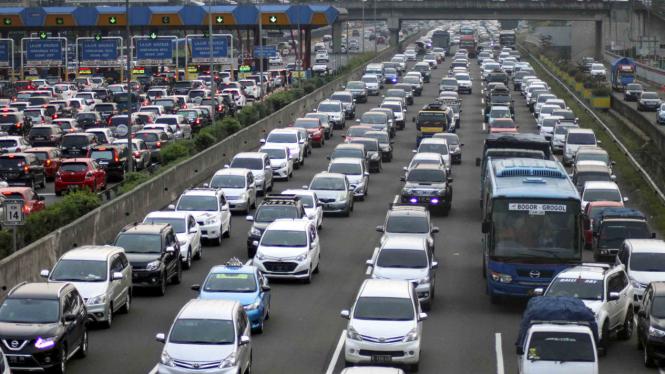 Suasana lalu lintas jalan tol Jagorawi kawasan Cibubur, Jakarta