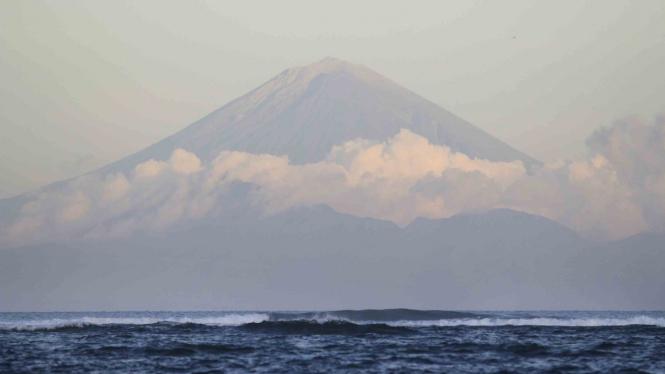 Gunung Agung terlihat dari kawasan pantai Senggigi, Lombok, NTB