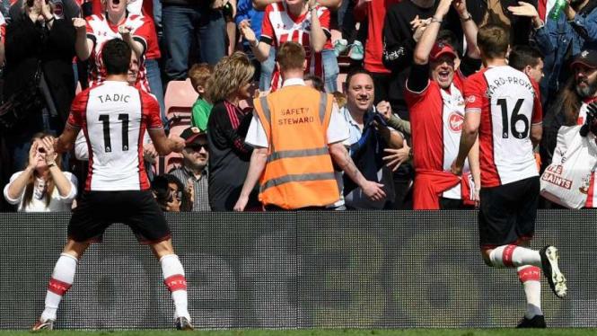 Pemain Southampton, Dusan Tadic (kiri), melakukan selebrasi usai mencetak gol