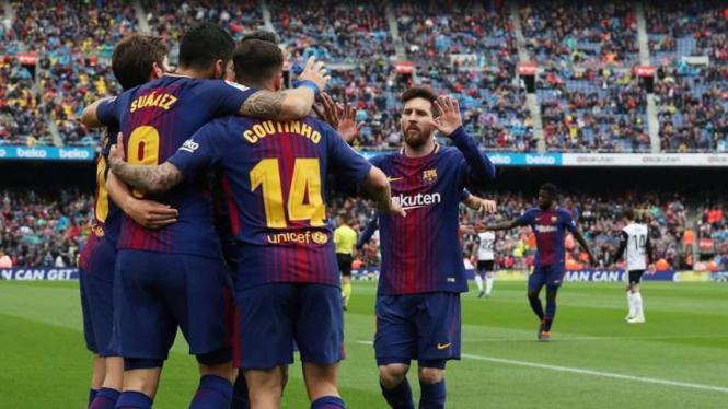Para pemain Barcelona merayakan gol Luis Suarez.