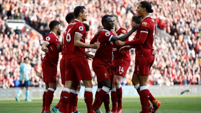 Pemain Liverpool merayakan gol.
