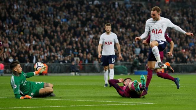 Pemain Tottenham Hotspur, Christian Eriksen cetak gol ke gawang Manchester City