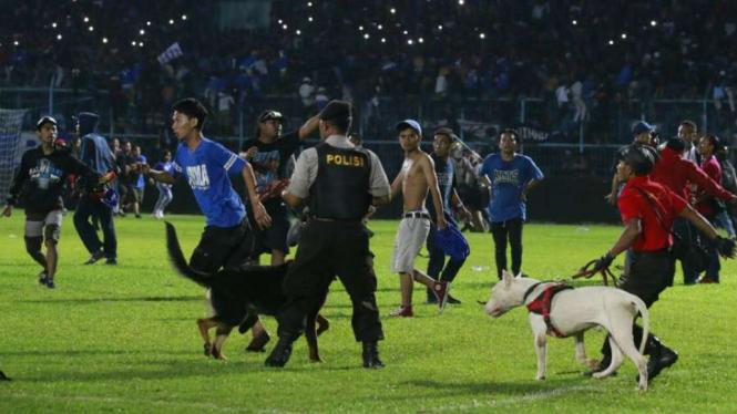 Ricuh laga Arema FC vs Persib Bandung