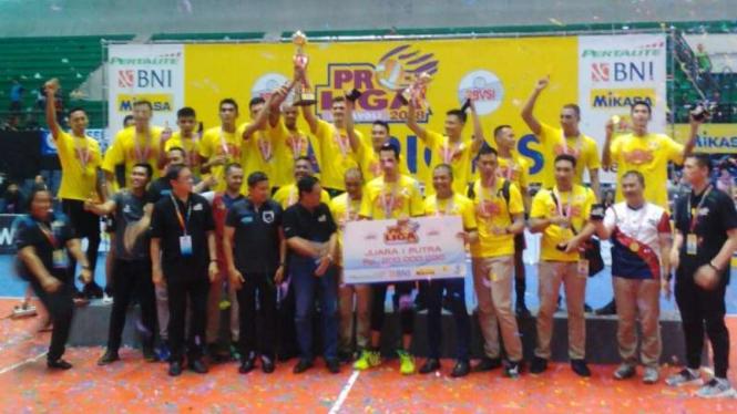 Tim voli putra Surabaya Bhayangkara Samator menjadi jawara Proliga 2018