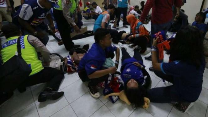 Para Aremania yang terluka usai bentrokan di Kanjuruhan.