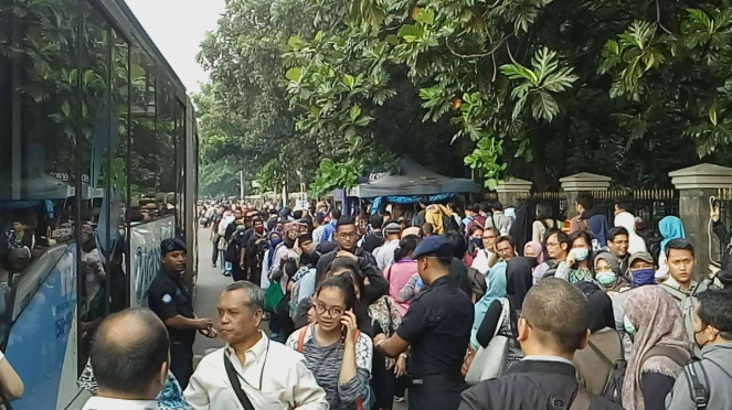 Antrean masuk penumpang trans Jakarta imbas Ganjil Genap tol Cibubur.