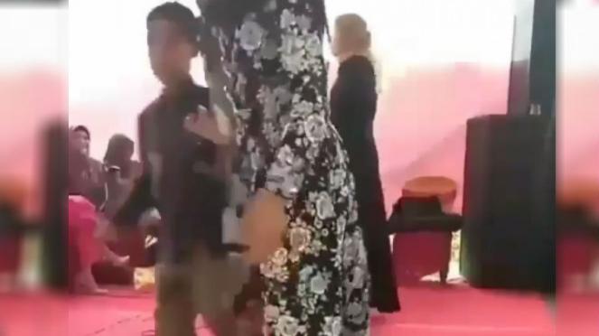 Anak kecil joget dangdut.