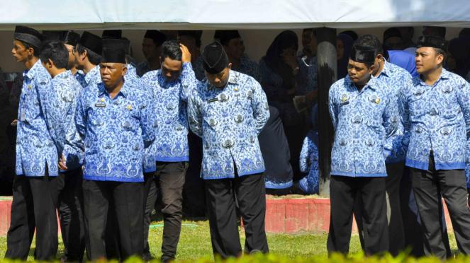Sejumlah Aparatur Sipil Negara (ASN) menghadiri upacara - Pegawai Negeri Sipi (PNS)