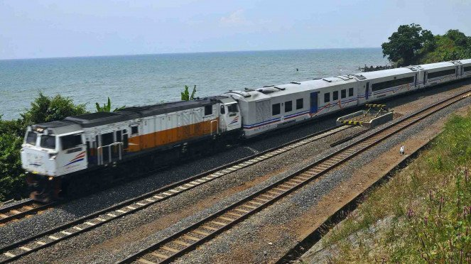 Kereta api melintas di pinggir pantai jalur Pantura Ketanggan, Gringsing, Batang