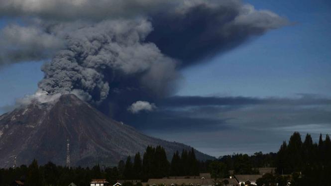 Gunung Sinabung menyemburkan material vulkanik ketika erupsi, di Karo, Sumatera Utara