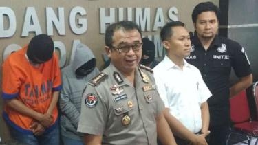 Polisi memperlihatkan tiga pasangan suami-istri yang tergabung dalam grup seks bebas di Markas Polda Jawa Timur, Surabaya, pada Senin, 16 April 2018.
