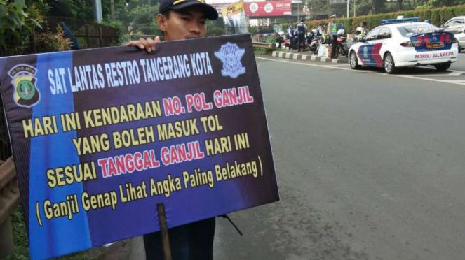 Petugas Lakukan Sosialisasi Ganjil Genap di Tol Tangerang.