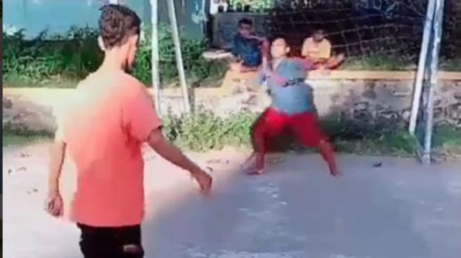 Tendangan penalti bocah.