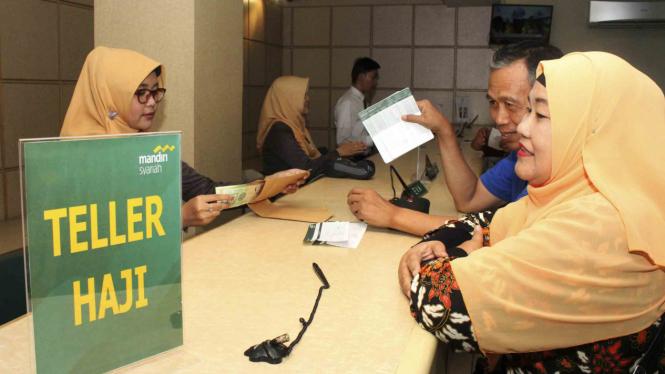 Calon jemaah haji melakukan pelunasan Biaya Penyelenggaran Ibadah Haji (BPIH)