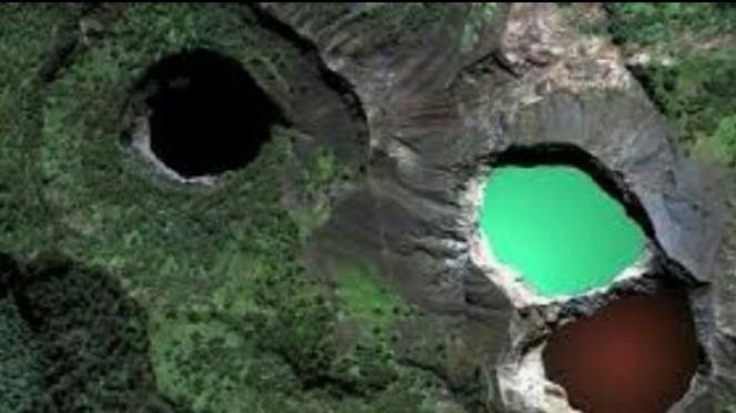 Kawah danau Kelimutu.