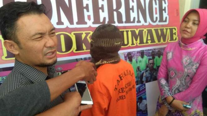 Polisi memperlihatkan seorang pria berinisial D yang ditangkap gara-gara memerkosa anak tirinya di Lhokseumawe, Aceh, pada Selasa, 17 April 2018.
