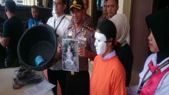 Ibu pembuang jasad bayi usai diringkus polisi di Garut.