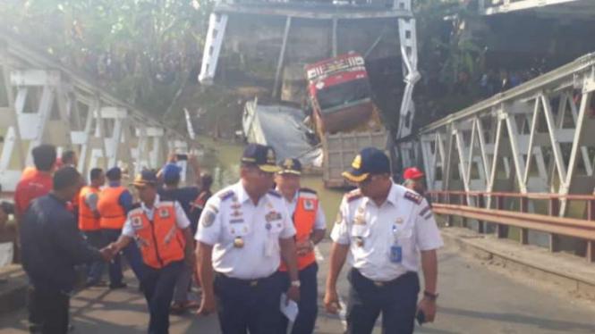 Pejabat Direktorat Jenderal Perhubungan Darat mendatangi lokasi jembatan yang ambruk di Kecamatan Widang, Kabupaten Tuban, pada Selasa, 17 April 2018.