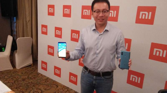 Country Manager Xiaomi untuk Indonesia, Steven Shi pegang Redmi Note 5