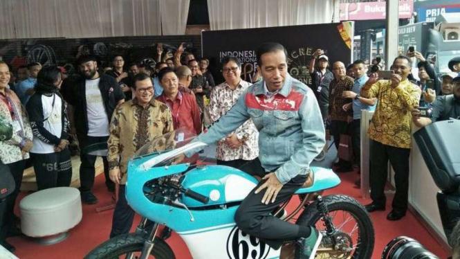 Presiden Jokowi saat menaiki motor kustom anaknya Gibran.