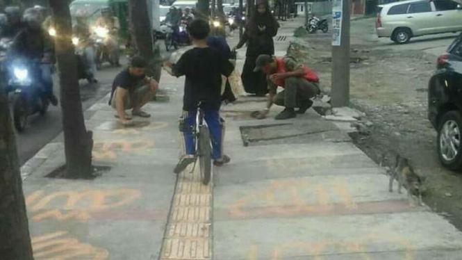Tulisan Allah di trotoar Leuwi Panjang, Kota Bandung.