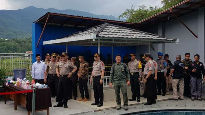 Wakil Kepala Polri Komisaris Jenderal Polisi Syafruddin menginspeksi bungker tempat penyimpanan miras oplosan di sebuah rumah di Kabupaten Bandung, Jawa Barat, pada Kamis 19 April 2018.