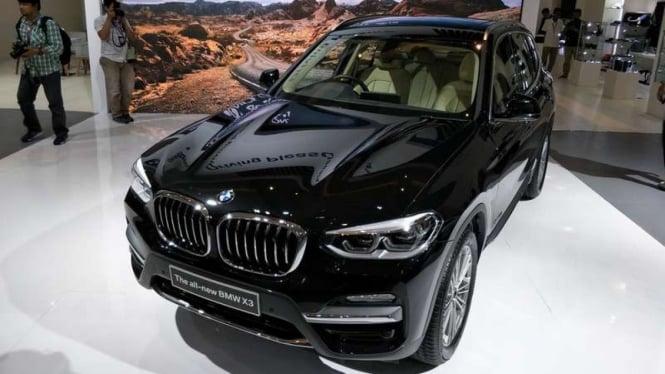 BMW X3 meluncur di Jakarta.