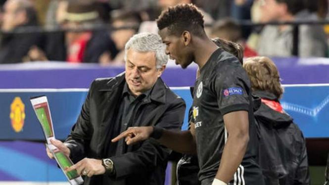 Jose Mourinho (kiri) saat masih menjadi manajer MU.