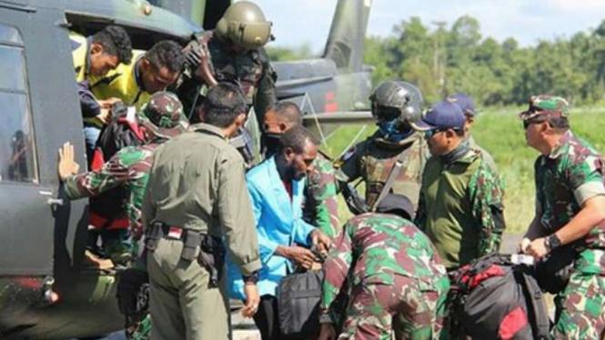 TNI evakuasi warga yang disandera OPM di Papua.