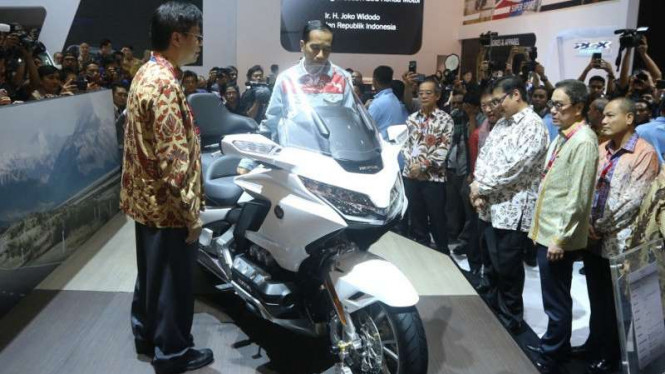 Presiden Jokowi melihat-lihat Honda Gold Wing 2018.