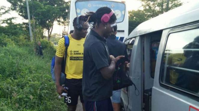 Pemain Sriwijaya FC naik angkot.