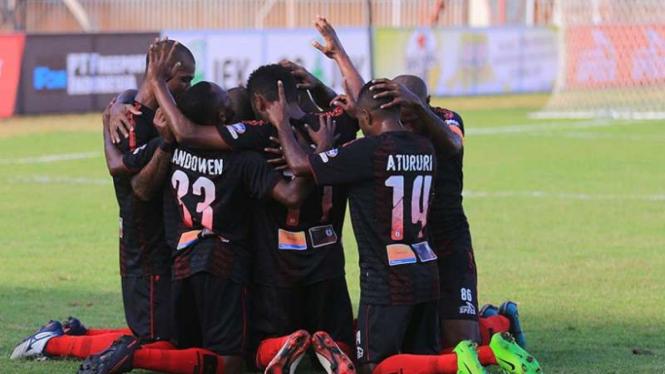 Para pemain Persipura Jayapura merayakan gol
