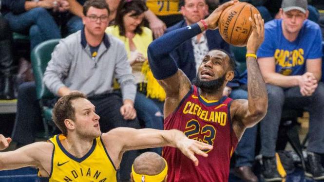 Pebasket Cleveland Cavaliers, LeBron James (kanan) saat melawan Indiana Pacers.