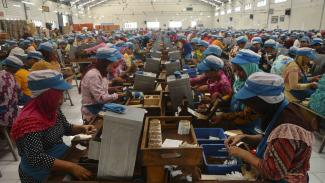 Buruh mengerjakan pelintingan rokok Sigaret Kretek Tangan (SKT) di Kudus