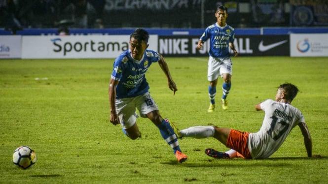 Pesepakbola Persib Bandung, Febri Hariyadi (kiri)