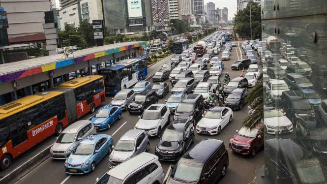 Sejumlah kendaraan terjebak macet di Jalan MH Thamrin, Jakarta